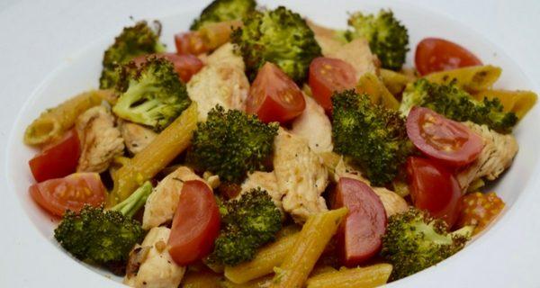Rode Linzenpasta met Kip en Geroosterde Broccoli