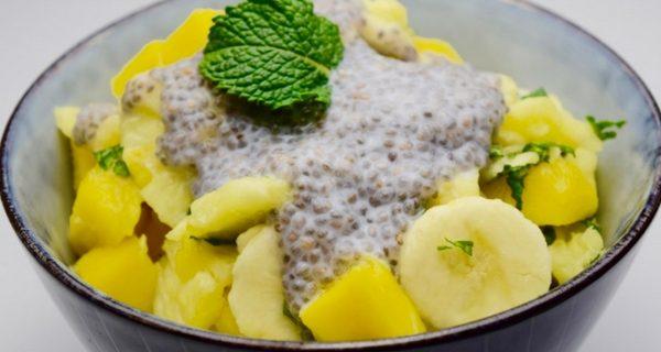 Zomerse Fruitsalade met Munt en Kokos-Chia-Topping